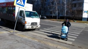 Фото-фиксация нарушения правил дорожного движения со стороны водителя, который ограничивает видимость на пешеходном переходе ввиду неправильной парковки автомобиля. Ранее на этом перекрестке происходили ДТП с участием пешеходов.