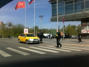 Фото-фиксация (фото 2) нарушений правил дорожного движения организованной группой лиц возле станции Щукинская Московского метрополитена на которой полицейский вступает в контакт с представителем этой организованной группы.