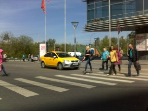 Фото-фиксация (фото 1) нарушений правил дорожного движения организованной группой лиц возле станции Щукинская Московского метрополитена на которой полицейский вступает в контакт с представителем этой организованной группы.