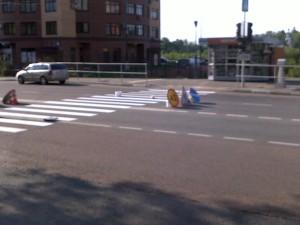 Результат обращения (фото 2) направленного настоящим проектом по поводу абсурда организации пешеходного перехода в Москве на улице Твардовского в районе дома 14. Ранее организация данного перехода была устроена таким образом, что граждане при переходе проезжей части упирались в железные ограждения.