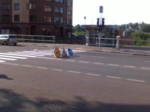 Результат обращения (фото 1) направленного настоящим проектом по поводу абсурда организации пешеходного перехода в Москве на улице Твардовского в районе дома 14. Ранее организация данного перехода была устроена таким образом, что граждане при переходе проезжей части упирались в железные ограждения.