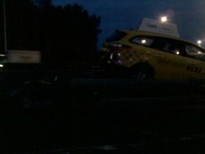 Дорожное транспортное происшествие с участием автомобиля такси принадлежащего юридическому лицу партнеру Яндекс - такси. Фото к публикации в защиту прав потребителей услуг такси.