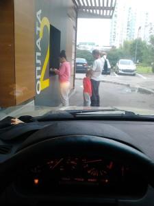 Корпорация Макдоналдс (McDonald's Corporation) продолжает оказывать услуги способом, опасным для жизни и здоровья потребителей несмотря на ответ правительства Москвы, где представитель Корпорации Макдоналдс обещал не делать этого впредь. Фото 1.