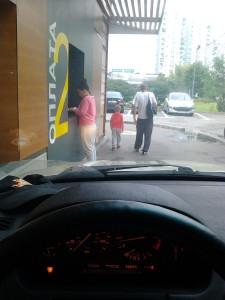 Корпорация Макдоналдс (McDonald's Corporation) продолжает оказывать услуги способом, опасным для жизни и здоровья потребителей несмотря на ответ правительства Москвы, где представитель Корпорации Макдоналдс (McDonald's Corporation) обещал не делать этого впредь. Фото 2.
