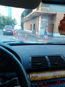 """Корпорация Макдоналдс (McDonald's Corporation) продолжает оказывать услуги потребителям - пешеходам способом, опасным для жизни и здоровья потребителей - фото-фиксация (фото 6) нарушений прав потребителей со стороны корпорации Макдоналдс при оказании услуги """"МакАвто"""""""
