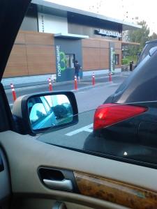 """Корпорация Макдоналдс (McDonald's Corporation) продолжает оказывать услуги потребителям - пешеходам способом, опасным для жизни и здоровья потребителей - фото-фиксация (фото 4) нарушений прав потребителей со стороны корпорации Макдоналдс при оказании услуги """"МакАвто"""""""