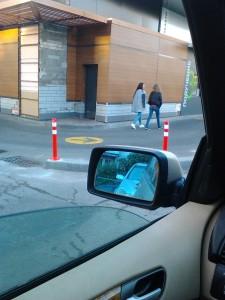 """Корпорация Макдоналдс (McDonald's Corporation) продолжает оказывать услуги потребителям - пешеходам способом, опасным для жизни и здоровья потребителей - фото-фиксация (фото 2) нарушений прав потребителей со стороны корпорации Макдоналдс при оказании услуги """"МакАвто"""""""