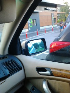 """Корпорация Макдоналдс (McDonald's Corporation) продолжает оказывать услуги потребителям - пешеходам способом, опасным для жизни и здоровья потребителей - фото-фиксация (фото 5) нарушений прав потребителей со стороны корпорации Макдоналдс при оказании услуги """"МакАвто"""""""