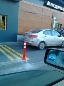 Корпорация Макдоналдс (McDonald's Corporation) продолжает оказывать услуги потребителям - пешеходам способом, опасным для жизни и здоровья потребителей - фото-фиксация (фото 1) нарушений прав потребителей со стороны корпорации Макдоналдс при оказании услуги МакАвто.