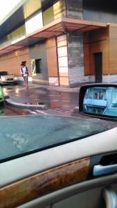 Корпорация Макдоналдс (McDonald's Corporation) продолжает оказывать услуги потребителям - пешеходам способом, опасным для жизни и здоровья потребителей - фото-фиксация (фото 3) нарушений прав потребителей со стороны персонала корпорации Макдоналдс при оказании услуги МакАвто.