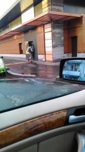 Корпорация Макдоналдс (McDonald's Corporation) продолжает оказывать услуги потребителям - пешеходам способом, опасным для жизни и здоровья потребителей - фото-фиксация (фото 4) нарушений прав потребителей со стороны персонала корпорации Макдоналдс при оказании услуги МакАвто.
