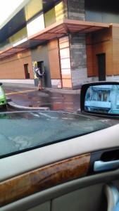 Корпорация Макдоналдс (McDonald's Corporation) продолжает оказывать услуги потребителям - пешеходам способом, опасным для жизни и здоровья потребителей - фото-фиксация (фото 2) нарушений прав потребителей со стороны персонала корпорации Макдоналдс при оказании услуги МакАвто.