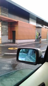 Корпорация Макдоналдс (McDonald's Corporation) продолжает оказывать услуги потребителям - пешеходам способом, опасным для жизни и здоровья потребителей - фото-фиксация (фото 1) нарушений прав потребителей со стороны персонала корпорации Макдоналдс при оказании услуги МакАвто.