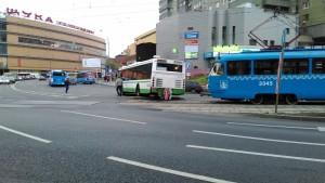 Мосгортранс правительства Москвы практически парализовал движение общественного транспорта возле станции метро Щукинская.