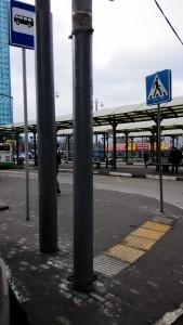 Пример наплевательского отношения к гражданам со стороны должностных лиц правительства Москвы. Фото-фиксация 1. Об эти столбы испортили одежду множество прохожих.