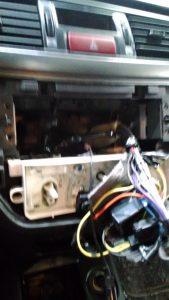 """Момент выявления некачественных работ механиков компании """"Major"""" провода к радиоаппаратуре на скрученных проводах вместо пайки отсутствует штатная рамка, которая была ранее положена в багажник."""