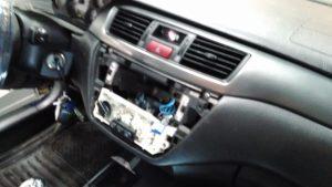 """Момент выявления некачественных работ механиков компании """"Major"""" провода к радиоаппаратуре на скрученных проводах вместо пайки, как всегда пренебрежение правилами техники безопасности - бортовая сеть автомобиля под напряжением """"клема минус"""" с аккумулятора не снята!"""