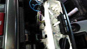 """Момент выявления некачественных работ механиков компании """"Major"""" провода к радиоаппаратуре на скрученных проводах вместо пайки, как всегда пренебрежение правилами техники безопасности - бортовая сеть автомобиля под напряжением """"клема минус"""" с аккумулятора не снята! (Фото №2)"""