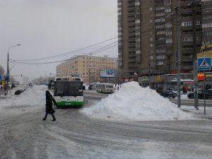 В Москве на пешеходном переходе коммунальные службы правительства Москвы устроили свалку снега, в связи с чем по пешеходному переходу невозможно движение пешеходов, которые вынуждены нарушая правила дорожного движения идти по проезжей части.