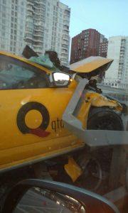Очередная авария официального желтого такси водитель которого вероятно заснул за рулем.