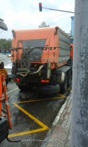 Поливальная машина, которая только что обдала грязью прохожих на остановке общественного транспорта возле станции метро Щукинская.