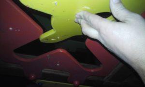 Опасная деталь горки на детской площадке. Эти острые саморезы могли нанести серьезное увечье ребенку