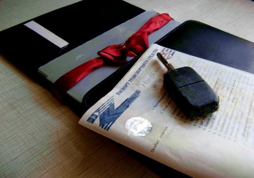 Чтобы получить автомобиль в подарок, необходимо правильно оформить дарственную на машину, а после это переоформить транспортное средство в ГИБДД