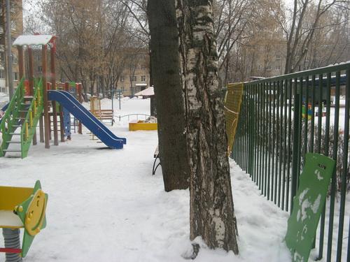 Небезопасная детская площадка по адресу Москва улица Менжинского дом 21 напротив подъезда №9