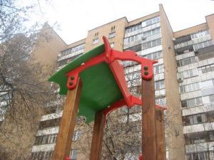 Повреждения детской площадки по адресу Москва улица Менжинского дом 21 подъезд 9